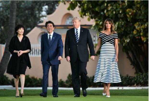 Presidente dos Estados Unidos, Donald Trump, e a primeira-dama, Melania Trump, caminham ao lado do primeiro-ministro do Japão, Shinzo Abe, e sua esposa, Akie Abe, enquanto se dirigem ao complexo turístico Mar-a-Lago em Palm Beach, na Florida, em 17 de abril de 2018 (Mandel Ngan/AFP/Getty Images)