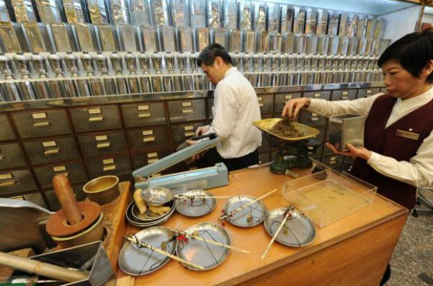 Funcionários de uma loja de remédios da medicina tradicional chinesa preparam diversos produtos secos em Hong Kong em 29 de dezembro de 2010 (Mike Clarke/AFP/Getty Images)