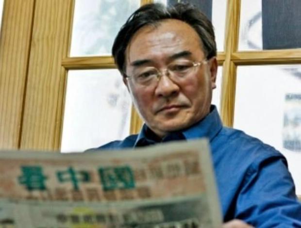 Sentado em um pequeno escritório em Flushing, Zhang Kaichen lê um dos jornais produzidos pela comunidade chinesa dissidente (Matthew Robertson/Epoch Times)