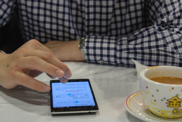 Regime chinês obriga residentes de Xinjiang a baixar aplicativo espião que rastreia e censura usuários