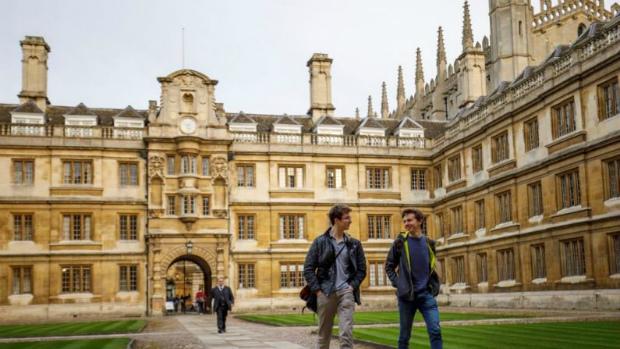 Estudantes caminham pela Universidade de Cambridge em Cambridge, no leste de Inglaterra (Tolga Akmen/AFP/Getty Images)