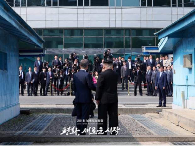 Presidente da Coreia do Sul, Moon Jae-in, e o líder do regime comunista do Norte, Kim Jong-un, depois de apertar as mãos às 09h30 da manhã de 27 de abril de 2018, na Zona Desmilitarizada da fronteira (Ministério da Unificação)