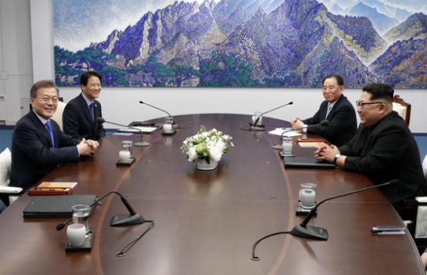Moon e Kim em conversações prévias à Cúpula de 27 de abril (Ministério da Unificação)