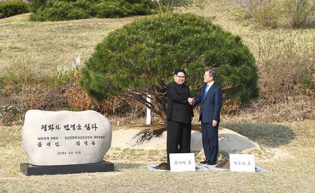 Presidente da Coreia do Sul, Moon Jae-in, e o líder do regime comunista do Norte, Kim Jong-un, apertam as mãos às 9h30 da manhã de 27 de abril de 2018, na Zona Desmilitarizada (Ministério da Unificação)