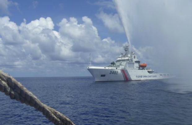 Patrulha da Guarda Costeira chinesa se aproxima desafiadoramente de um barco de pesca filipino, uma vez que os dois países estão disputando as ilhas Scarborough Shoal que ficam no Mar do Sul da China, também chamado de Mar Filipino Ocidental, em 23 de setembro de 2015 (AP/Renato ETAC)