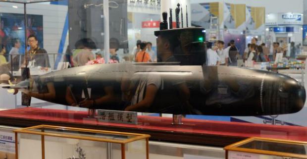 Visitantes passam diante de um modelo em escala de desenho do projeto do submarino de Taiwan durante a Exposição Internacional Marítima e de Defesa de Kaohsiung, em 13 de setembro de 2016 (Sam Yeh/AFP/Getty Images)