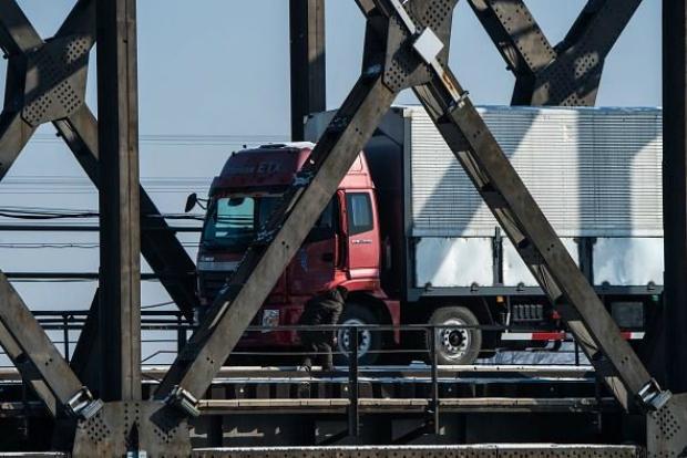 Motorista inspeciona caminhão ao passar pela Ponte da Amizade vindo da cidade coreana de Sinuiju em direção à cidade fronteiriça chinesa de Dandong na província de Liaoning, no nordeste da China, em 9 de janeiro de 2018 (Chandan Khanna/AFP/Getty Images)