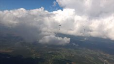 Paraquedistas tentam um feito inédito e por uma boa causa
