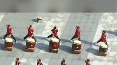 Jovens demonstram suas habilidades de bateria com impressionante sincronização