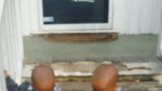 Gêmeo fica chateado quando irmão o deixa, mas irmão sabe o que fazer para salvar situação