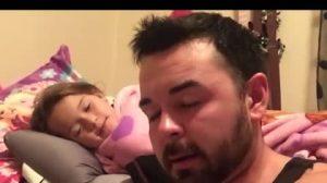 Pai lê com dificuldade história de dormir para filha, mas ela sorri e aprecia esforço do pai
