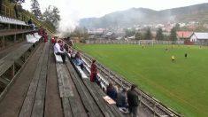 Imperdível: espectadores na arquibancada assistem jogo de futebol quando algo inusitado surge entre eles e o campo