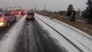 Quando carro patina em estrada congelada, ciclista e sem teto socorrem motorista