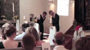 É cerimônia de casamento, mas quando noivo retira paletó, espetáculo começa