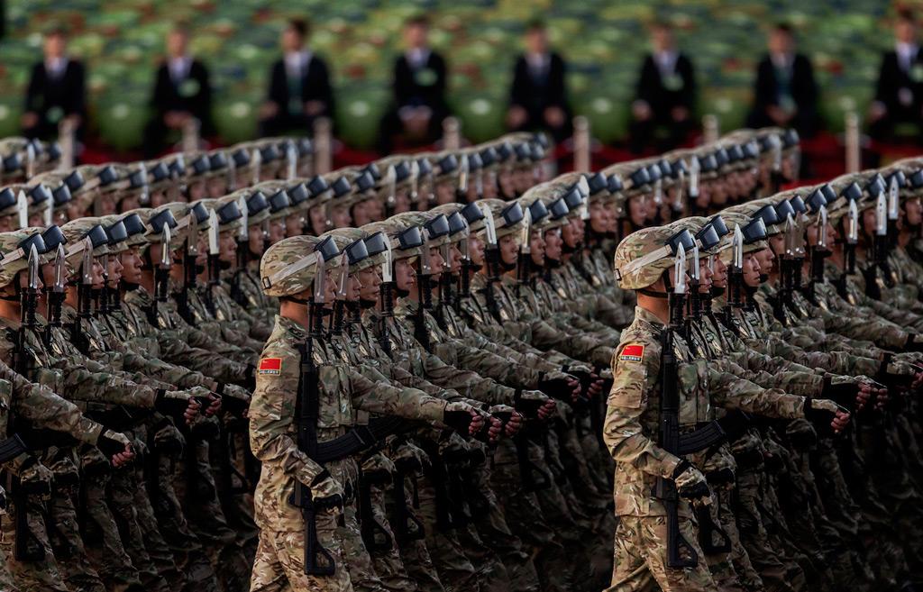 Soldados chineses marcham na Praça da Paz Celestial antes de uma parada militar em Pequim, China, em 3 de setembro de 2015 (Kevin Frayer/Getty Images)