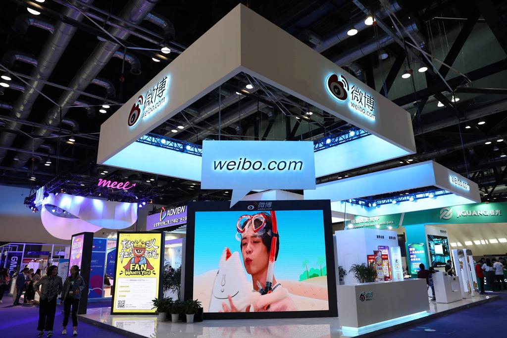 Um estande do Sina Weibo, uma plataforma chinesa semelhante ao Twitter, é visto na Conferência Global de Internet Móvel de 2018 em Pequim, China, em 27 de abril de 2018 (AFP/Getty Images)