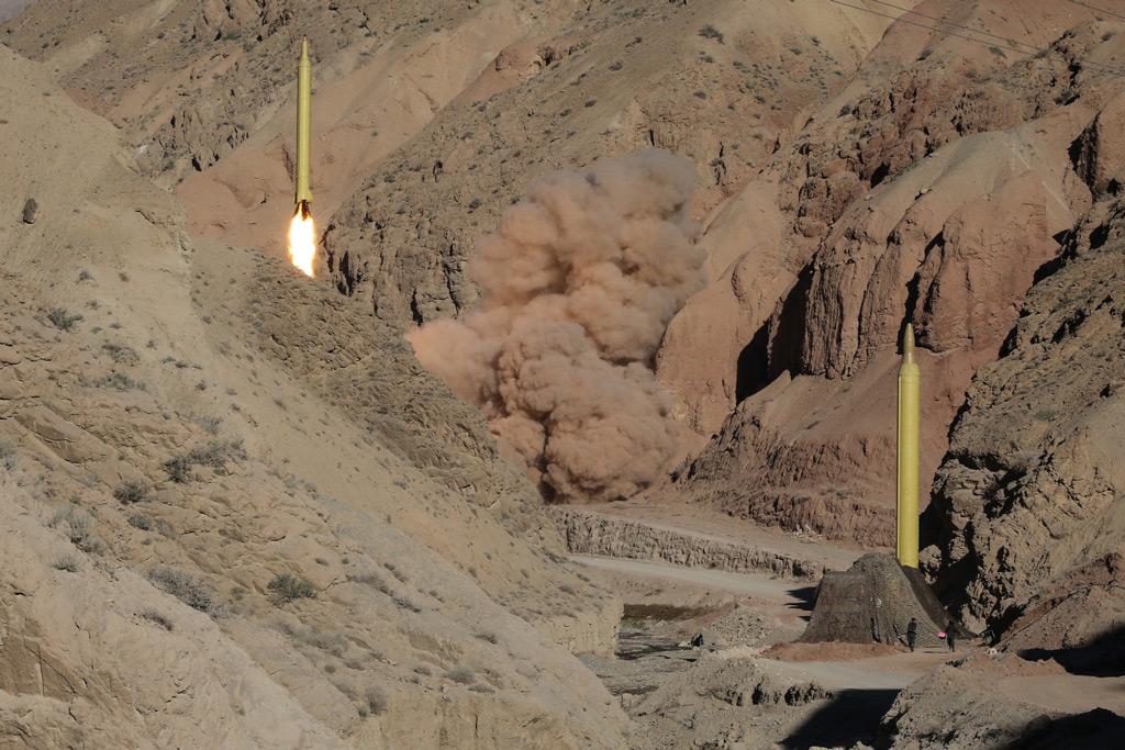 Um míssil balístico Qadr de longo alcance é lançado na cordilheira de Alborz, no norte do Irã, em 9 de março de 2016 (Mahmood Hosseini/AFP/Getty Images)