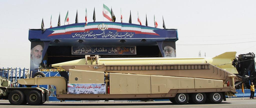 Um míssil balístico Shahab-3 é exibido pelas forças iranianas durante um desfile militar em Teerã, Irã, em 21 de setembro de 2008, para comemorar o 28º aniversário da Guerra Irã-Iraque de 1980-1988 (Behrouz Mehri/AFP/Getty Images)