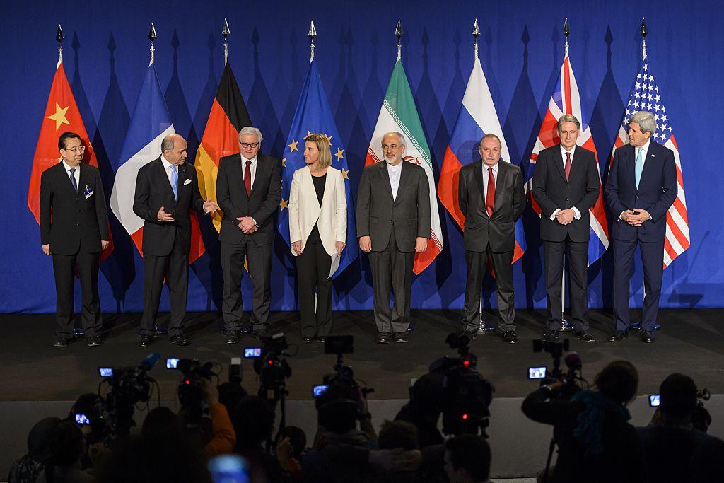 Representantes dos P5+1 e do Irã posam antes do anúncio de um acordo sobre as negociações nucleares com o Irã no Instituto Federal Suíço de Tecnologia, em Lausanne, em 2 de abril de 2015 (Fabrice Coffrini/AFP/Getty Images)