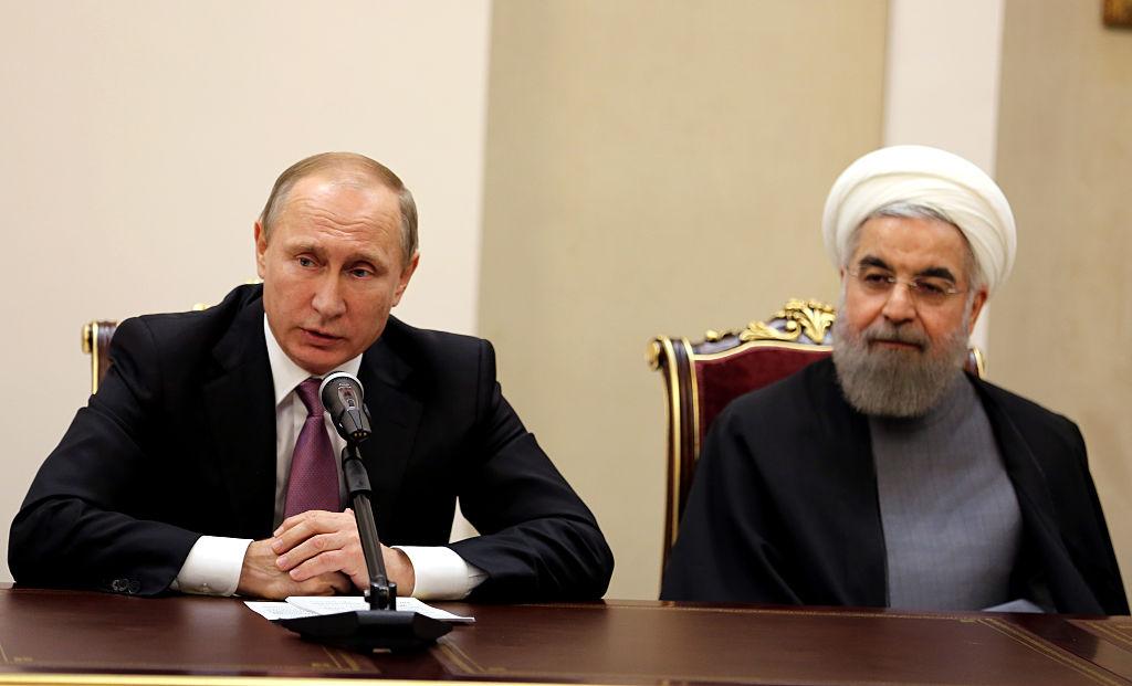 O presidente iraniano Hassan Rouhani (dir.) e o presidente russo Vladimir Putin (esq.) realizam uma coletiva de imprensa após a Cimeira do Fórum dos Países Exportadores de Gás (GECF) em Teerã em 23 de novembro de 2015 (Atta Kenare/AFP/Getty Images)