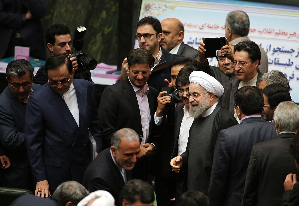 O presidente iraniano Hassan Rouhani (centro) chega ao Parlamento antes de apresentar o orçamento anual proposto na capital de Teerã, em 17 de janeiro de 2016, depois que as sanções foram suspensas sob o acordo nuclear do Irã com as potências mundiais (Atta Kenare/AFP/Getty Images)