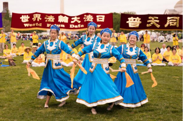 Praticantes do Falun Dafa realizam dança folclórica na celebração do Dia Mundial do Falun Dafa no National Mall em Washington, em 5 de maio de 2018 (Samira Bouaou/Epoch Times)