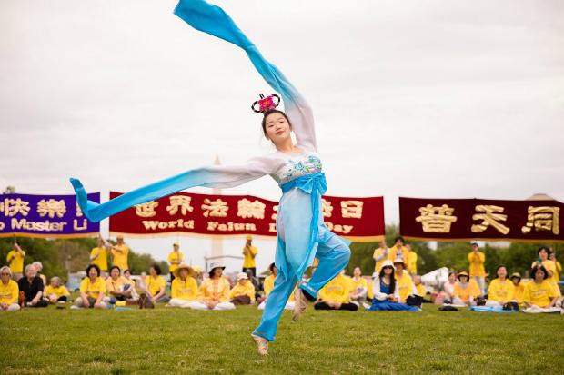 Como parte das festividades do Dia Mundial do Falun Dafa, uma praticante faz apresentação de dança clássica chinesa no National Mall em Washington, em 5 de maio de 2018 (Samira Bouaou/Epoch Times)
