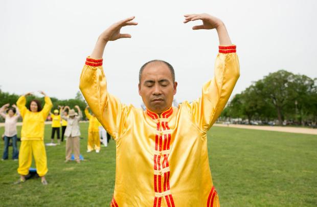 Liu Dexi realiza um dos exercícios do Falun Dafa no National Mall em Washington, em 5 de maio de 2018 (Lisa Fan/Epoch Times)