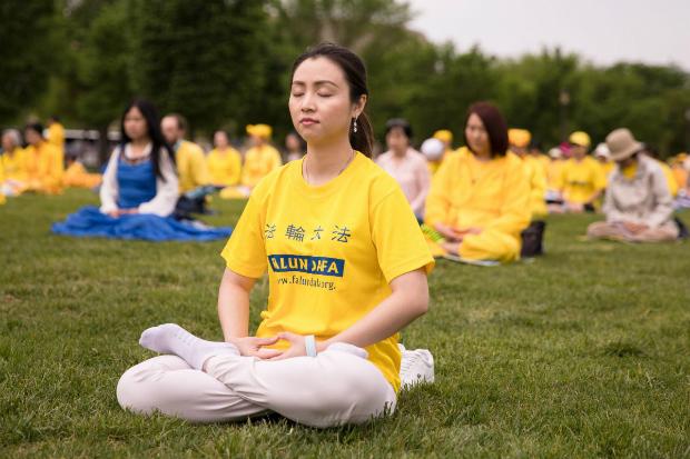 Linh Dafa medita durante comemoração do Dia do Falun Dafa no National Mall em Washington, em 5 de maio de 2018 (Samira Bouaou/Epoch Times)