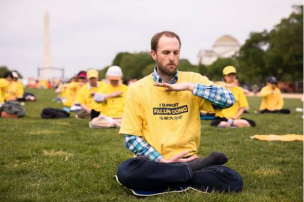 foto6: Nicholas Zifcak medita durante celebração do Falun Dafa Day no National Mall em Washington, em 5 de maio de 2018 (Samira Bouaou/Epoch Times)
