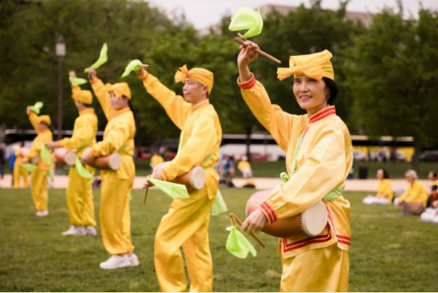 Banda de tambores de cintura se apresenta durante a celebração do Dia do Falun Dafa no National Mall em Washington, em 5 de maio de 2018 (Samira Bouaou/Epoch Times)