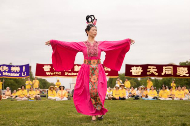 Praticante do Falun Dafa trajando vestimenta pertencente a um período recente da civilização chinesa durante a comemoração do Dia do Falun Dafa no National Mall em Washington, em 5 de maio de 2018 (Samira Bouaou/Epoch Times)