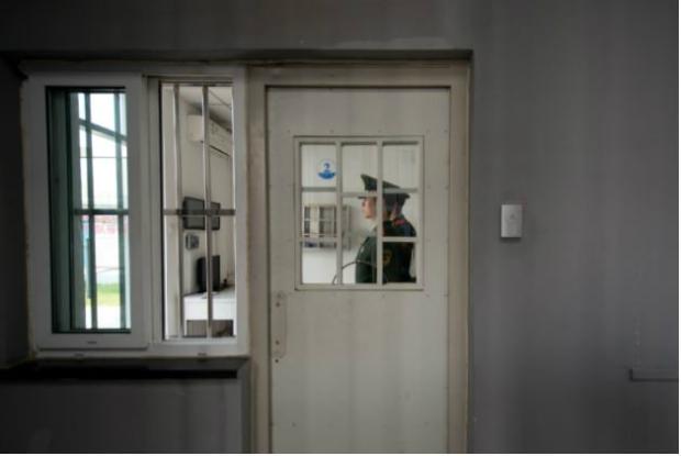 Guarda paramilitar dentro do Centro de Detenção n.º 1 durante visita monitorada pelo regime chinês em Pequim em 25 de outubro de 2012 (Ed Jones/AFP/Getty Images)