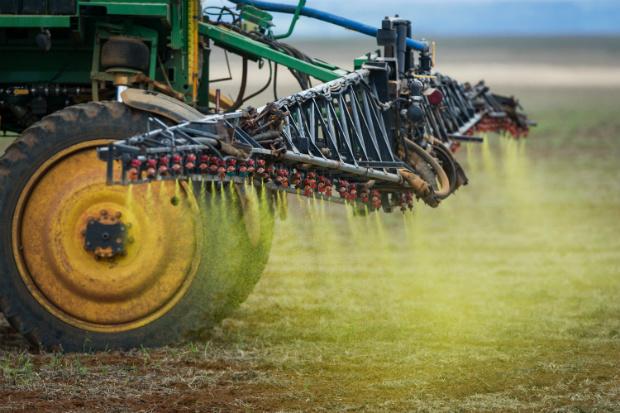 Herbicida é pulverizado sobre plantação de soja nas planícies do Cerrado, perto de Campo Verde, estado de Mato Grosso, no oeste do Brasil, em 30 de janeiro de 2011 (Yasuyoshi Chiba/AFP/Getty Images)