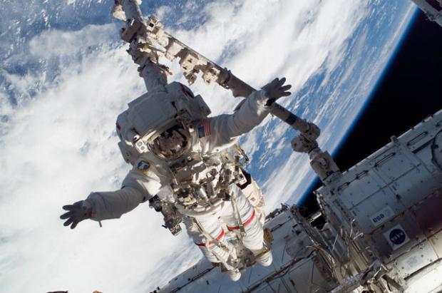 Astronauta Rick Linnehan, especialista da missão STS-123, participa da primeira sessão programada de atividade extra-veicular (EVA); a construção e manutenção continuam na Estação espacial Internacional (NASA)