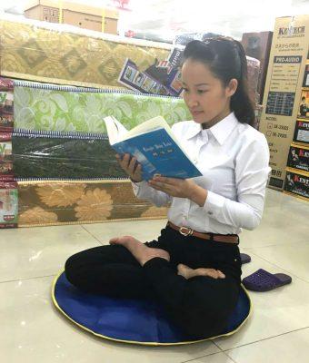 A autora lendo o Zhuan Falun, o livro principal do Falun Dafa.