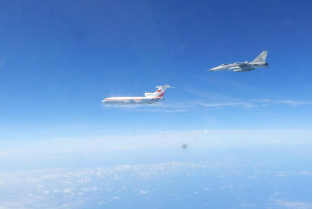 Avião de combate F-CK-1 da Força Aérea de Taiwan voa ao lado de uma aeronave de vigilância eletrônica Tu-154 da Força Aérea da República Popular da China (RPC) no Pacífico Ocidental em 11 de maio de 2018 (Força Aérea de Taiwan)