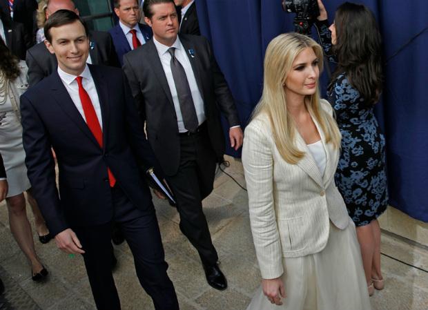 Filha do presidente Donald Trump, Ivanka Trump (dir.), e seu marido, o assessor principal da Casa Branca, Jared Kushner (esq.), chegam à inauguração da embaixada dos EUA em Jerusalém em 14 de maio de 2018 (Menahem Kahana/AFP/Getty Images)