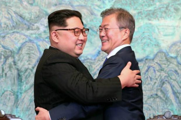 Líder comunista norte-coreano Kim Jong-un (esq.) e o presidente da Coreia do Sul, Moon Jae-in (dir.), se abraçam depois de assinar a Declaração de Panmunjom durante a Cúpula Inter-coreana na Casa da Paz, em 27 de abril de 2018, em Panmunjom, na Coreia do Sul (Equipe de imprensa da Cúpula das Coreias/Getty Images)