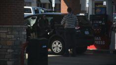 Homem num posto de gasolina ajuda estranhos de boa vontade