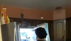 Esposa abre geladeira e encontra sacola com seu nome. Quando ela abre, não consegue conter emoção!