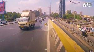 Motociclista avista mulher caída em rodovia e vai resgatá-la, sendo seguido por vários outros