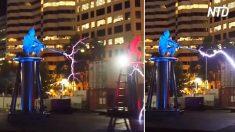 Dois homens sobre uma bobina de Tesla disparam eletricidade um contra o outro num espetáculo fenomenal