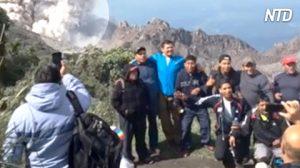 Turistas desfrutam da vista incrível do Vulcão Santa Maria quando enorme explosão sacode o solo