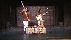 Dupla de músicos peruanos encanta combinando violão com instrumentos nativos