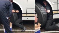 Motorista ouve rangido nos freios, mas o que está pegando carona no eixo do ônibus é inacreditável