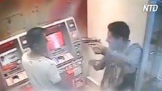 Policial de folga ri por último quando dois assaltantes o abordam em caixa eletrônico
