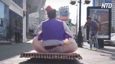 Aladim sobe em seu 'tapete mágico' e diverte os pedestres