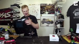 Rapaz modifica triturador de papel com motor de carro