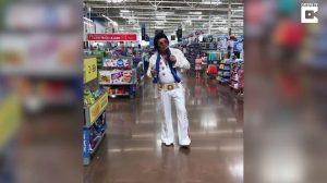 Homem canta Elvis em hipermercado e emociona mulher